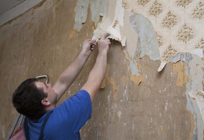 tradesman-removing-wallpaper